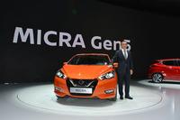 新型「日産マイクラ」と日産自動車のカルロス・ゴーン社長。