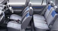 運転席は、2つのダイヤルによる座面角度調整が可能だ。リアシートもリクライニング機能付き。後席は、背もたれを前に倒せるほか、そのまま座席前端を軸に前方に折り畳み、後席位置まで荷室フロアを広げることができる。