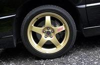 ゴールドのRAYS製17インチ鋳造アルミホイール、タイヤは225/45ZR17を履く。