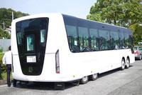 非常口は後端中央に設けた。通常のバスはここにエンジンがあるが、EVではそれがないために可能なのだ。後2輪はスパッツで覆われるため特徴あるスタイルを演出している。