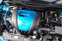 これが1.3リッターの高圧縮型ガソリンエンジン「スカイアクティブG 1.3」。青いエンジンカバーが、特別なエンジンの証しだ。