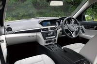 運転席まわりは、デザイン一新。インストゥルメントパネル中央に「COMANDディスプレイ」が配備される。