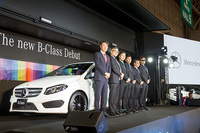 「メルセデス・ベンツBクラス」発表会であいさつするメルセデス・ベンツ日本 代表取締役社長の上野金太郎氏(写真左端)とRIP SLYME。