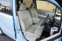 フロントシートはベンチ式で、全グレードに収納付きのセンターアームレストが装備される。