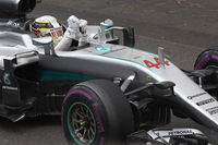 ハミルトンの勝因は、ライバルより1回少ない1ストップ作戦を成功させたこと、そしてレッドブルが致命的なミスをおかしたこと。チャンピオンの今季初の勝利で、ポイントリーダーのロズベルグとの差は43点から24点に縮まり、残り15戦に向けた立て直しのレースとなった。(Photo=Mercedes)