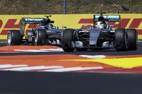 フロントローを独占したメルセデスは、スタートで1-2を奪取したフェラーリの奇襲に焦り、惨めなレースを披露することに。ポールシッターのルイス・ハミルトン(写真前)はコースオフや接触などで乱高下を繰り返し結果6位。ロズベルグ(写真後ろ)は3位、2位といい位置につけながら、最後のタイヤ交換で速いソフトではなくミディアムを選択するなど戦略ミス、また終盤のリカルドとの接触もあり8位に終わった。ドライバーズチャンピオンシップでの2人のポイント差は17点から21点に開いた。(Photo=Mercedes)