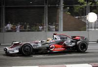 ルイス・ハミルトンは、序盤フロントローから2位を走行。セーフティカーの混乱で一時順位を落としたものの、3位まで挽回。しかしそれ以上はあえて望まずそのままゴール。ライバルのマッサらが無得点で終わったのを尻目に6点を追加し、ポイントリーダとしての地位を確かなものにした。(写真=Mercedes Benz)