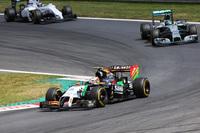 前戦のペナルティーで5グリッド降格の憂き目にあったフォースインディアのセルジオ・ペレス(中央)。15番グリッドから変則的な作戦で一時はトップを走り、レースでもトップ6まで挽回するのだから侮れない。コンストラクターズランキング4位のフォースインディアに、マクラーレンが2点差で迫っている。(Photo=Force India)