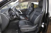前席の座面と背もたれには、硬度の異なるパッドを重ねた多層構造を採用。サイドサポートを張り出させることで、高いホールド性を確保しているという。