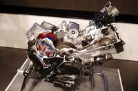 こちらは、次世代グローバル700ccエンジン。「スポーツバイク・ユーザーの多くが、意外に飛ばしもしなければ回しもしない」という市場調査結果を受けて、数値目標は「最高速度160km/h、最高回転数6400rpm」止まりに。鼓動感や味わいを最重視して開発された。