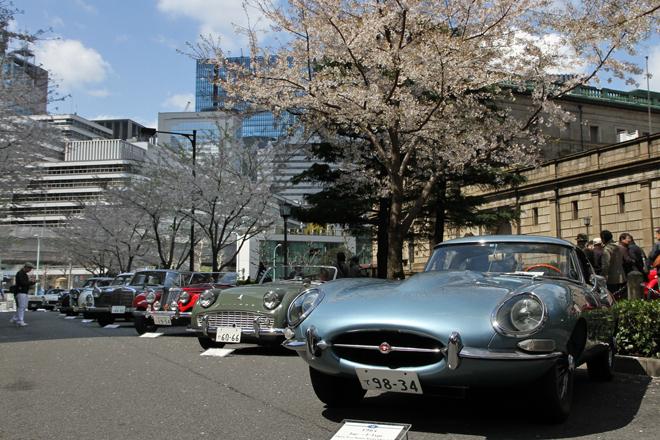 日本銀行本店本館に面した江戸桜通りには、戦後のモデル14台が並べられた。