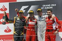 """歴代チャンピオン、新旧フェラーリドライバーに彩られた表彰台。フェラーリのフェルナンド・アロンソ(左から2番目)は、地元スペインで今季初の""""ダブルウィナー""""に。2位はロータスのキミ・ライコネン(一番左)、3位はカムバック後初の表彰台となったメルセデスのミハエル・シューマッハー(左から3番目)。(Photo=Ferrari)"""