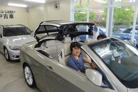 BMWアプルーブドカー・センターにて、「BMW 335iカブリオレ」のルーフを確認中の筆者。
