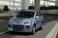日産自動車の「X-TRAIL FCV」。サブバッテリーを持つ燃料電池車で、坂道での加速も充分だった。燃料電池車はモーターで走るためトランスミッションを持たない。設計の自由度も高いという。