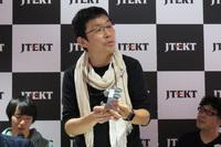 企画の概要を説明する多摩美術大学の久保田晃弘教授。イベント名であり、企画のテーマでもある「MOBIVERSE」とは、モビリティーとユニバース(宇宙)を組み合わせた造語である。
