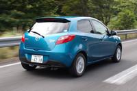高速道路をゆく。新グレードだけに備わるLEDのストップランプもまた、消費電力の小ささから燃費に貢献するという。