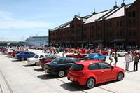 赤レンガ倉庫に集まった参加車両の一部。