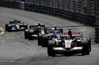 """ホンダのルーベンス・バリケロ(写真手前)は予選5位から5位を走行。ペースがあがらず、トップ4の先行を許し、背後の集団には""""フタ""""となってしまった。ウェバー、ライコネンのリタイアにも助けられ3位表彰台圏内に入るも、63周目にピットレーンの速度違反でドライブスルーペナルティを科され、結果、今季最高位ながら4位完走となった。チームメイトのジェンソン・バトンは、予選13位から冴えないラップを重ね、11位でゴールした。(写真=Honda)"""