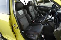 サイドサポートが大きく張り出した専用のスポーツシートが装着される。運転席にはシートリフターが備わる。