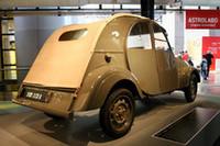 【写真上下】貴重な1台、1939年製の「2CV A」が来場者を迎える。
