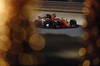 フェルナンド・アロンソのインディ500参戦という衝撃的なニュースで注目を集めたマクラーレン。筆頭株主がいるバーレーンは隠れたホームレースでもあったが、トラブルが相次いだ。アロンソ(写真)は予選Q2まで進出するもパワーユニットのMGU-Hの不具合でアタックできず予選15位、ストフェル・バンドールンはQ1どまりの17位。レースではバンドールンがMGU-Hトラブルでスタートを断念。孤軍奮闘となったアロンソは非力なパワーユニットでも中団グループで格闘、54周でリタイアしたものの14位完走扱いとなった。(Photo=McLaren)