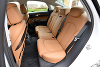後席の様子。「3.0 TFSIクワトロ」の場合、シートカラーは写真の「ナツメグブラウン」を含め、全8色から選択できる。