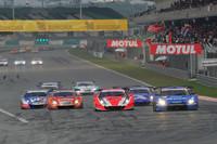 GT500クラスのスタートシーン。レース前半は、トップのNo.12 カルソニックIMPUL GT-R(写真左)をNo.8 ARTA HSV-010(写真中央)が追う展開に。