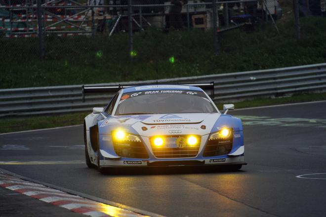 2013年のニュルブルクリンク24時間レースで幸先の良いスタートを切ったのはアウディ陣営だった。リアウイングの変更で空力性能を高めた「R8 LMS ultra」を武器に、フェニックスレーシングの4号車が好タイムをマーク。1回目の予選こそ21番手に沈むものの、2回目の予選で4番手、上位40台で争われる「トップ40」ではトップタイムをマークし、ポールポジションを獲得した。