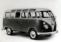 通称ビートルこと「フォルクスワーゲン(タイプ1)」をベースに1950年に誕生した「VWトランスポーター(タイプ2)」。ピックアップ、ダブルピックアップ、デリバリーバン、コンビ、マイクロバス、デラックス・マイクロバス(写真)、キャンパーなど、バリエーションは多種多様。