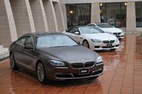 「6シリーズ」は、2011年2月に「カブリオレ」(写真中央)、同年8月に「クーペ」(写真奥)が日本に導入されており、これに続く第3のバリエーションとして登場した「グランクーペ」(写真手前)は、BMW初のラグジュアリー4ドアクーぺとなる。