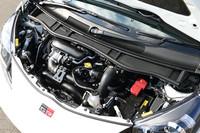 1.3リッターのスーパーチャージャー付きエンジンは、ベースモデルを36psと6.3kgm上まわる122psと17.7kgmを発生する。