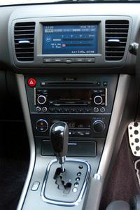 5AT仕様のセンターパネル。DVDナビゲーション装着車は、液晶モニターに燃費や走行記録、整備情報などを表示する「マルチインフォメーション機能」が備わる。さらに、センターディスプレイから、盗難警報装置やルームランプなどの作動内容、時間をカスタマイズすることも可能だ。
