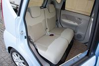 後席には左右独立のリクライニングおよびスライド調整機構を採用。スライドの調整幅は240mmを確保している。
