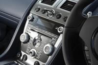 オーディオディスプレイ上部の中央に、「ECU(エモーショナル・コントロール・ユニット)」と呼ばれるイグニッションキーの挿入口が設けられる。その両脇には、ギアボタンが配される。