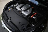 「フーガハイブリッド」と同じ、3.5リッターV6エンジン+モーター+リチウムイオンバッテリーからなるハイブリッドシステムを搭載。最高で364psのシステム出力を発生する。