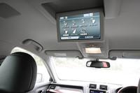 Gタイプ Fパッケージでは、リアの空調やシートヒーター、オットマンなどがセンターアームレストで調整できる。リアエンターテイメントシステムはオプション装備。