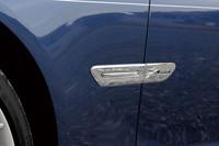 フロントタイヤの後方に配される「X DRIVE」のエンブレムが、四輪駆動であることを示す。