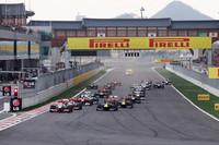 今年で2回目となる韓国GP。スタートでは、レッドブルの連続ポールポジションを断ったマクラーレンのルイス・ハミルトンがトップを守るものの、オープニングラップ中にベッテルに首位の座を奪われた。(Photo=Red Bull Racing)