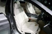 電動フロントシートには、メモリ機能やランバーサポート、シートヒーターが備わる。またコンフォートシートやスポーツシートがオプションで用意される。写真はスポーツシート。