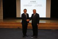 握手を交わすトヨタ自動車 豊田章男社長(左)と、スズキの鈴木 修会長(右)。