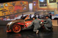 ダイハツブースで行われた、「KOPEN future included」の着せ替えデモンストレーション。