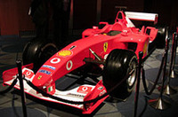 発表会会場には、F1ブリヂストン陣営の唯一のトップチーム、フェラーリのマシンが飾られた。