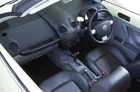 10スピーカーを備える室内。ただし、オーディオは「ラジオ+カセット」だ(CDチャンジャーコントロール機能は内蔵する)。前席ダブル&サイドエアバッグを標準装備。