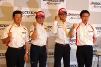 写真左から、記者会見に臨んだ山田宏(ブリヂストン モータースポーツ第2課長)、秋吉耕祐(ライダー)、脇阪寿一(レーシングドライバー)、二見恭太(ブリヂストン モータースポーツ推進部長)の各氏。