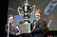 大きなトロフィーを手に、思わず笑みがこぼれる松田次生。