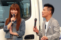 会場には、テレビCMに出演するタレントの新山千春さんと俳優の柳沢慎吾さんがゲストで登場。自営業の実家に「デュトロ」を薦めるという内容のCMでは、それぞれが実の親子で共演。トークセッションでは、CM撮影時のエピソードなどを語った。「日野デュトロ」のテレビCMも10年ぶり。