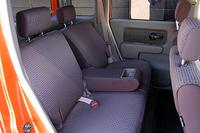 リアシートは、左右独立して7段階にリクライニングできる。シートアレンジは、背もたれを前に倒し、全体を前へスライドさせるだけの単純なものだが、厚めのクッションを採用した「ソファのような座り心地」がウリだ。