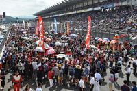お盆休み中のレースとあって、富士スピードウェイは多くのレースファンでにぎわった。公表された観客数は、3万6400人。