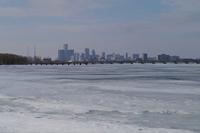 アメリカとカナダを隔てるデトロイト川。ショーの季節には、ご覧の通り川面一面が凍結していることも珍しくない。