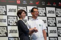 日本自動車工業会の池 史彦会長(右)と、タレントの鈴木ちなみさん(左)。